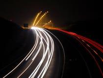 Datenbahn mit Autoleuchtespuren Stockfotografie
