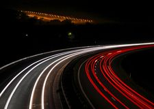 Datenbahn mit Autoleuchtespuren stockfotos