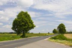 Datenbahn mit blauem Himmel lizenzfreies stockfoto
