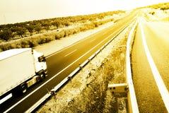 Datenbahn mit großem LKW lizenzfreie stockfotos