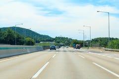 Datenbahn mit hellem Verkehr stockbilder
