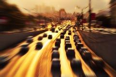 Datenbahn mit Lots Autos stockfoto