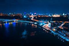 Datenbahn nachts in der modernen Stadt Vogelperspektive von Stadtbild stockfotografie