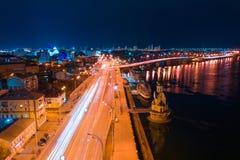 Datenbahn nachts in der modernen Stadt Vogelperspektive von Stadtbild stockbilder