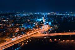 Datenbahn nachts in der modernen Stadt Vogelperspektive von Stadtbild stockbild