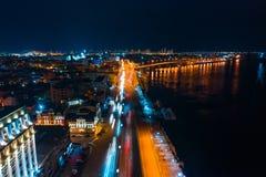 Datenbahn nachts in der modernen Stadt Vogelperspektive von Stadtbild lizenzfreie stockbilder