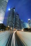 Datenbahn nachts mit Leuchte schleppt in Shanghai Lizenzfreie Stockbilder