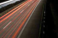 Datenbahn nachts mit Verkehr stockfotos