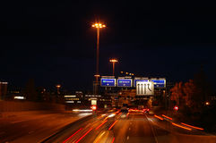Datenbahn in Oslo nachts lizenzfreie stockfotos
