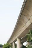 Datenbahn-Straße, die von der Unterseite schaut Lizenzfreies Stockfoto