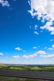 Datenbahn und Himmel lizenzfreie stockfotos