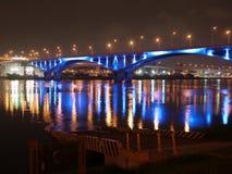 Datenbahnbrücke mit blauer Leuchte nachts Stockfotografie