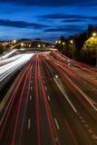 Datenbahnnachtverkehrshinterleuchten in Madrid Stockfotografie