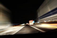 Datenbahnverkehr nachts Lizenzfreie Stockfotografie