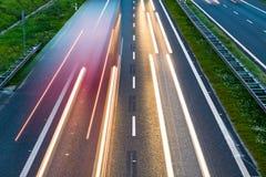 Datenbahnverkehr und -autos auf Straße Lizenzfreies Stockbild
