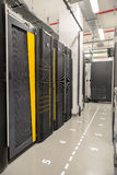 Datenbankmitte mit Servern Stockbild