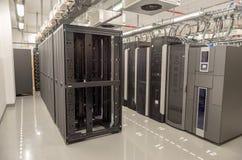 Datenbankmitte mit Servern Stockfotos