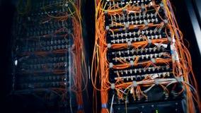 Datenbankserver angeschlossen mit orange Drähten stock footage