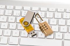 Datenkabel, Kombinationsschloß und Computer-Tastatur Lizenzfreies Stockfoto