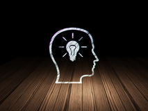 Datenkonzept: Kopf mit Glühlampe in der Schmutzdunkelheit Lizenzfreies Stockbild