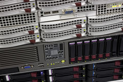 Datenspeicherzahnstange mit Festplattenlaufwerken lizenzfreie stockfotos