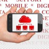 Datenverarbeitungskonzept der Wolke: Übergeben Sie das Halten von Smartphone mit Wolken-Netz auf Anzeige Lizenzfreie Stockfotos