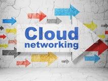 Datenverarbeitungskonzept der Wolke: Pfeil mit Wolken-Vernetzung auf Schmutzwandhintergrund Lizenzfreies Stockbild