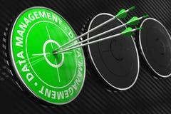 Datenverwaltungs-Konzept auf grünem Ziel. Stockbild
