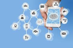 Datenwissenschaftler und großes Datenkonzept, zwecks vorbestimmte Analyse von den Sensor-Daten zu leiten, die von IOT-Geräten kom lizenzfreies stockbild