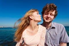 dater Couples dans des baisers d'amour images stock