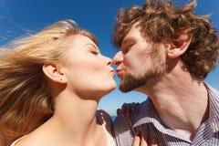 dater Couples dans des baisers d'amour image libre de droits