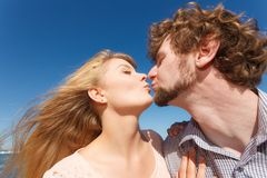 dater Couples dans des baisers d'amour photographie stock libre de droits