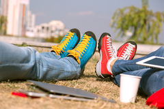 Dater dans le coin vert de nature des chaussures lumineuses de ville moderne Image libre de droits