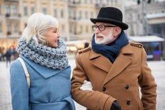 Dater joyeux d'homme supérieur et de femme extérieur Image libre de droits
