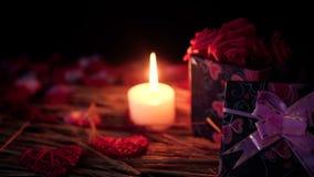 Dater la décoration de Saint Valentin avec des boîte-cadeau, bougie brûlant et pétales clips vidéos