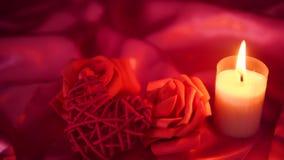 Dater le bonbon avec la combustion de bougie et le bouquet de fleur Longueur de salutation de Valentine banque de vidéos