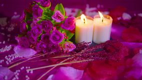 Dater le Saint Valentin avec le bouquet, longueur brûlante de bougie banque de vidéos