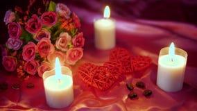 Dater le Saint Valentin avec la fleur de décoration et la longueur brûlante de bougie clips vidéos