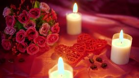 Dater le Saint Valentin avec la fleur de décoration et la longueur brûlante de bougie banque de vidéos