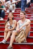 Dater les couples de touristes multiraciaux à New York Images libres de droits