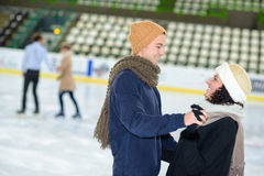 Dater sur la patinoire photos libres de droits