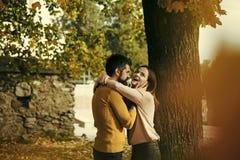 Datera ett förälskat ungt par Lyckliga par för höst av den utomhus- flickan och mannen Royaltyfria Bilder