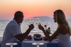 Datera par på solnedgången Arkivfoto