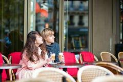 Datera par som dricker kaffe i kafé Arkivbilder