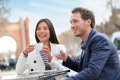 Datera par som dricker kaffe på kafét, Barcelona royaltyfri fotografi