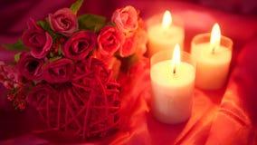 Datera som är sött med stearinljusbränning och blommabuketten Valentin som hälsar längd i fot räknat arkivfilmer