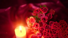 Datera valentindag med brinnande garneringlängd i fot räknat för bukett och för stearinljus