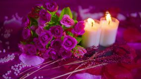 Datera valentindag med buketten, brinnande längd i fot räknat för stearinljus