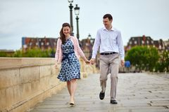 Daterend paar dat in Parijs hand in hand loopt Stock Afbeeldingen