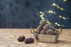 Dates et boules ou morsures d'énergie de farine d'avoine aucun cuisinier photo stock